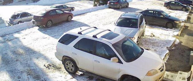 Il l'aide, elle emboutit sa voiture, puis s'enfuit (vidéo)