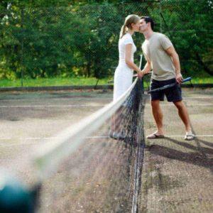 Des sex friends jouent au tennis